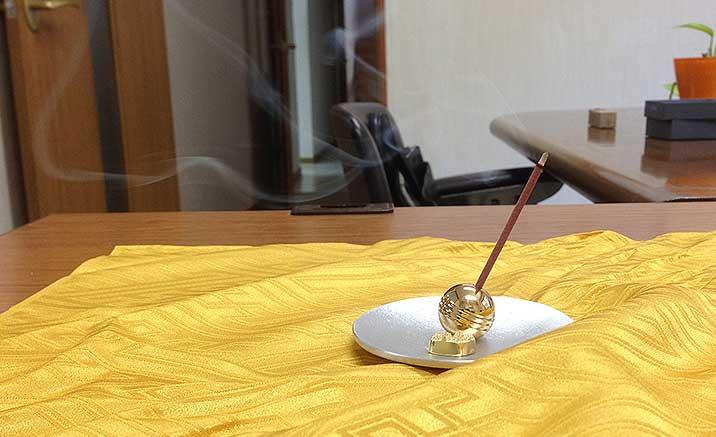 24金メッキ仕上げ台付き真鍮お香立て2
