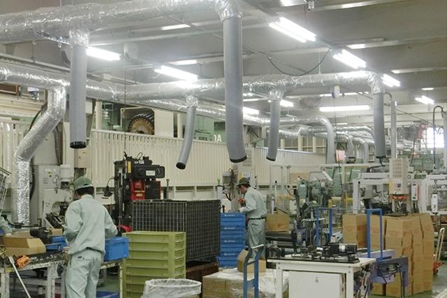 工場内では各所作業者へ体にやさしい風を吹き出し