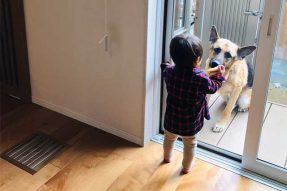 吹き出し口と子供と愛犬